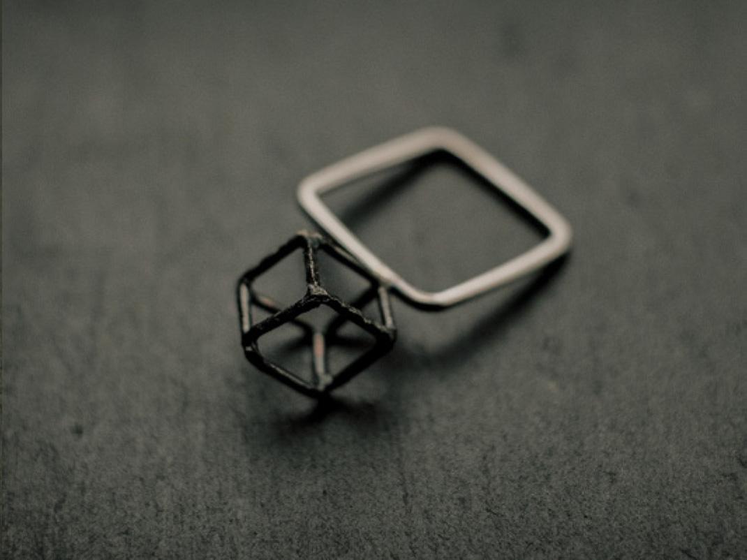 Bague carrée en fil d'argent rond, surmontée d'un cube en fil d'argent noirci.