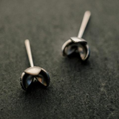 boucles d'oreilles puces en argent composées de petites fleurs à trois pétales.