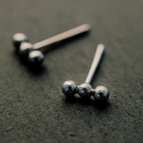 """Boucles d'oreilles """"puces"""" en argent, composées de trois petites billes alignées"""