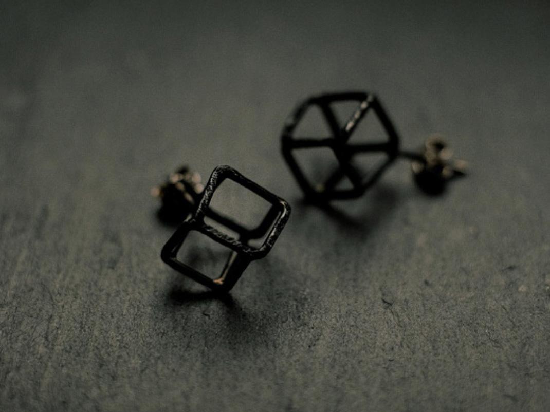 boucles d'oreilles puces formées de cubes en fil d'argent noirci.