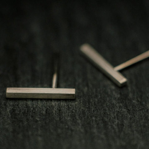 Boucles d'oreilles puces en argent composées d'une petite tige de section carrée