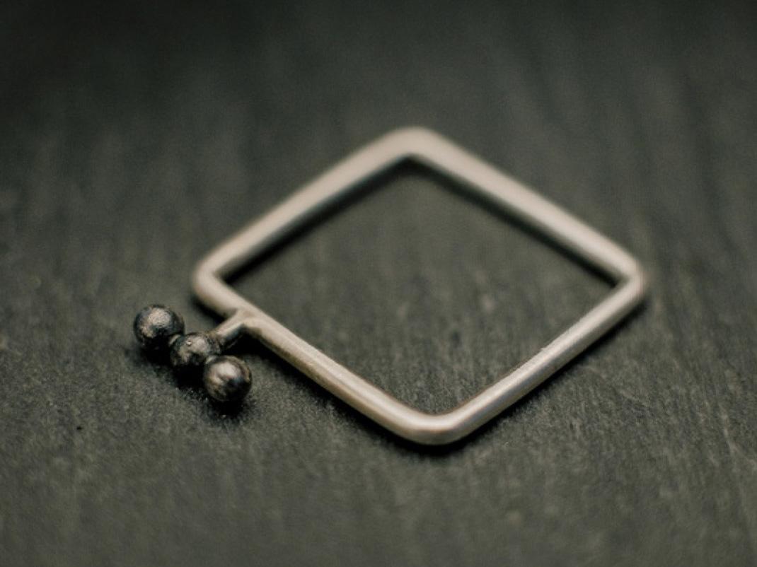 Bague carrée en fil d'argent rond, avec trois petites billes alignées en relief