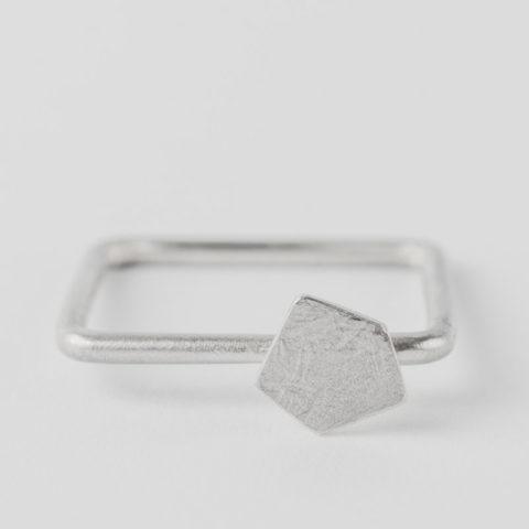 Bague carrée en fil d'argent rond, avec motif géométrique en relief, texture froissée