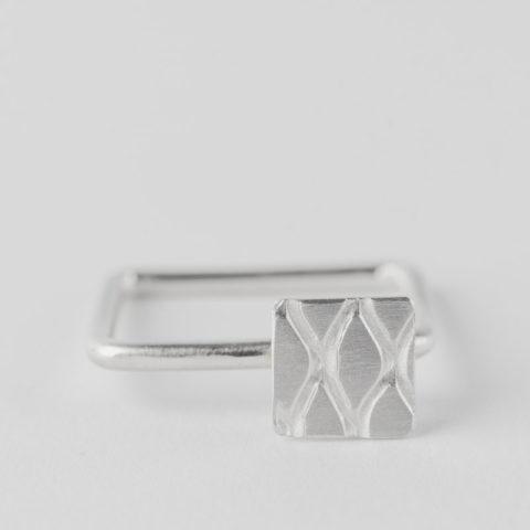 Bague carrée en fil d'argent rond, avec motif carré en relief, texture grillage incrustée