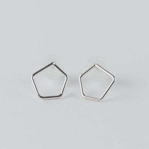 boucles d'oreilles puces en argent composées d'un motif géométrique pentagonal en fil.