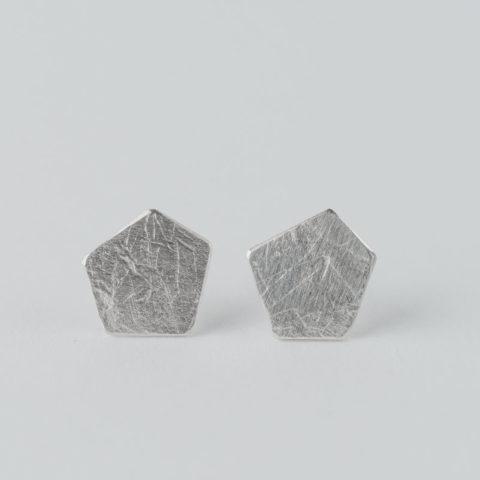 boucles d'oreilles puces en argent composées de pastilles de forme pentagonale, effet de matière froissé
