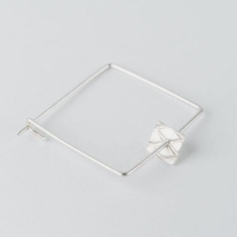 broche carrée en fil d'argent et petite pastille carrée mobile avec motif grillage incrusté