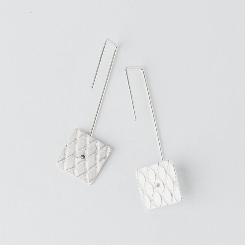 boucles d'oreilles pendantes longues géométriques en fil d'argent et pièce carrée mobile avec motif grillage incrusté