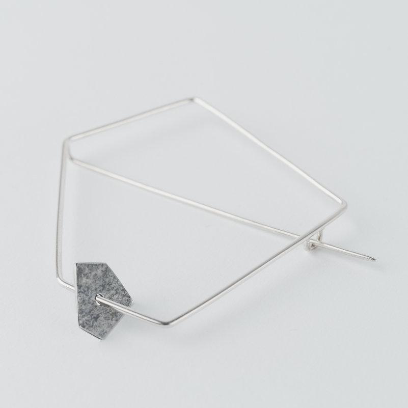 grande broche géométrique en fil d'argent et pastille mobile de forme pentagonale en argent noirci et texture froissée.