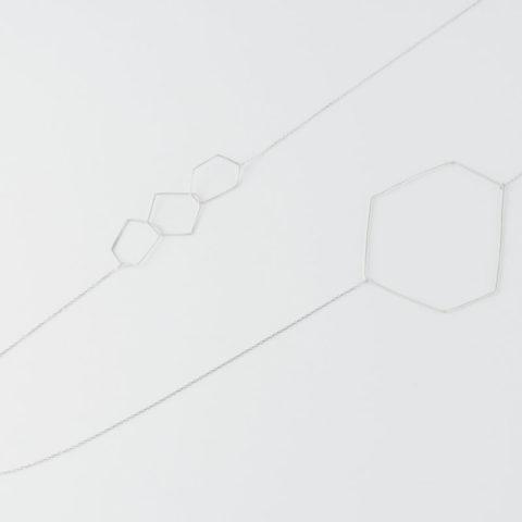 Sautoir composé de formes géométriques en fil d'argent montés sur chaîne en argent