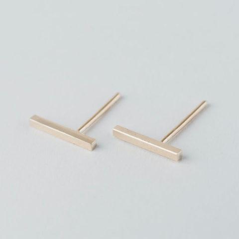 Boucles d'oreilles puces en vermeil composées d'une petite tige de section carrée