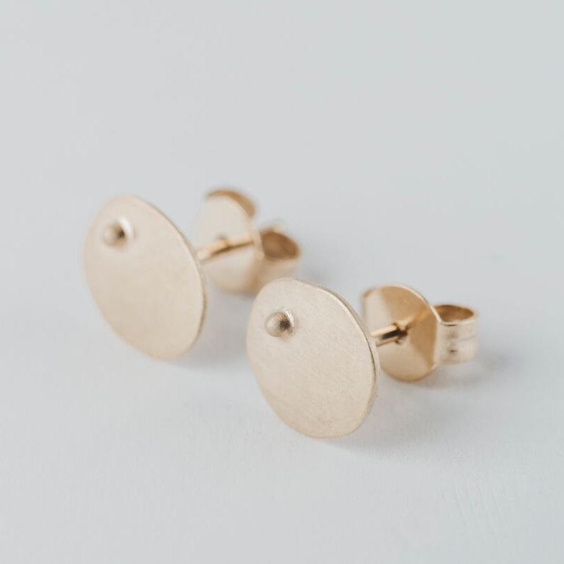 boucles d'oreilles puces en vermeil composées de petites pastilles ovales martelées ornées d'une petite bille.