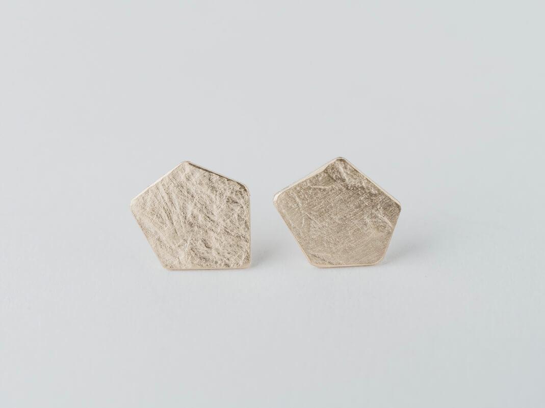 boucles d'oreilles puces en vermeil (argent plaqué or) composées de pastilles de forme pentagonale, effet de matière froissé