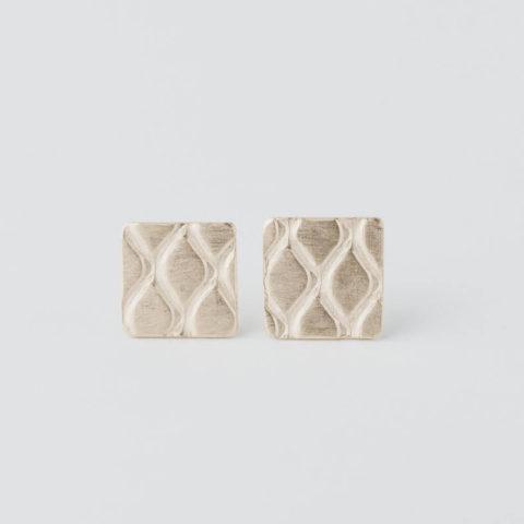 boucles d'oreilles puces en vermeil composées de petits carrés avec un motif grillage incrusté