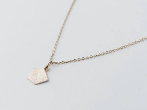 """Collier en vermeil composé d'un pendentif de forme géométrique, effet de matière """"froissé"""", monté sur chaîne"""