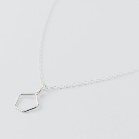 Collier en argent composé d'un petit pendentif géométrique en fil monté sur chaîne