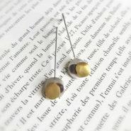 boucles d'oreilles pendantes composées de trois pastilles martelées, en argent, argent noirci et laiton (en relief), montées sur tiges rigides en argent