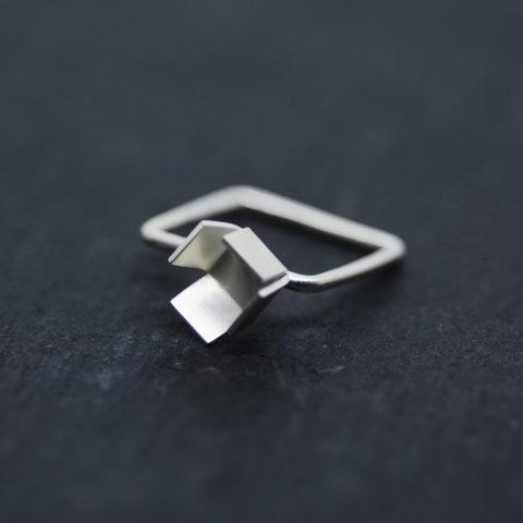 bague carrée en argent ornée d'un cube ouvert